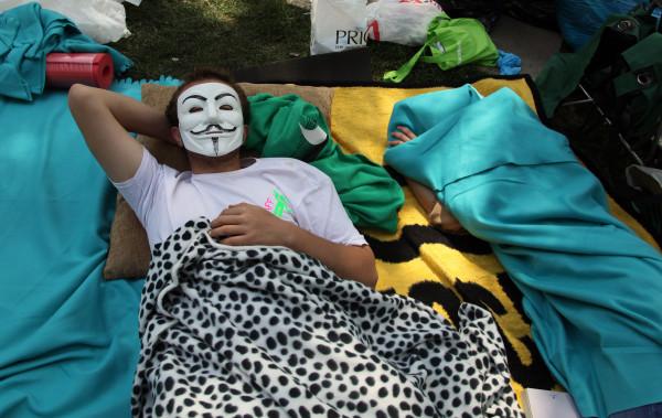 ay111684938protesters-sleep