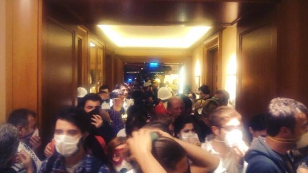 Manifestantes hacinados en el Hotel Divan