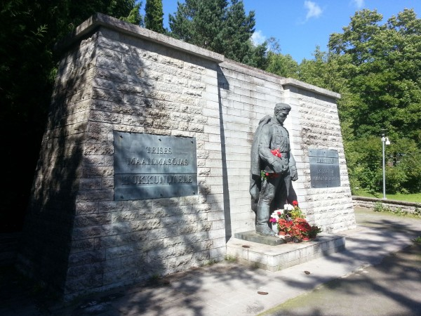 Бронзовый солдат на Военном кладбище Таллина (2017 год)