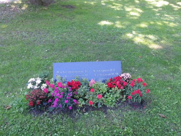 Памятная плита на могиле перезахороненных с Тынисмяги на Военное кладбище Таллина (2017 год)