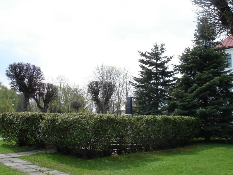 Так могила гвардии генерал-майора Н.П. Якунина выглядела в мае 2010 года.