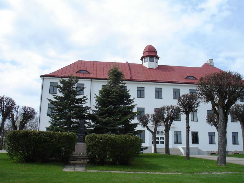 Могила гвардии генерал-майора Н.П. Якунина расположена возле Мадонской государственной гимназии.