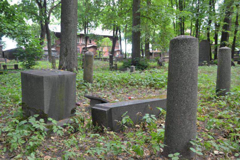 Кладбище было закрыто в 1951 году и с тех пор пребывает в ужасном состоянии: вандалы, алкоголики, «металлисты» и прочие маргиналы хозяйствовали здесь десятилетиями. В начале 1980-х годов высказывалось предложение превратить его в мемориальный парк, как Большое кладбище, т.е. уничтожить малоценные памятники, но благоустроить то, что осталось. От этой идеи отказались. Поносящие советскую оккупацию активисты немало удивились, когда в середине 1990-х уже местные «металлисты» спёрли барельеф с памятника Эмилю Дарзиньшу. В 1995 году на средства АО Grindex восстановили склеп Гринделя, были планы привести в порядок всё кладбище. И снова всё заглохло. До сих пор регулярно проходят субботники, а результата почти нет. Высказывалась даже парадоксальная мысль, что, приводя в порядок кладбище, активисты только привлекают внимание маргиналов, которые с новыми силами берутся за своё.