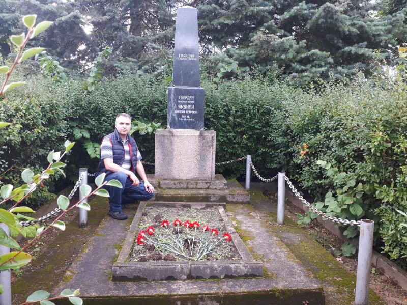 Автор материала на могиле гвардии генерал-майора Якунина. За четыре дня до её переноса. Август 2021 года.