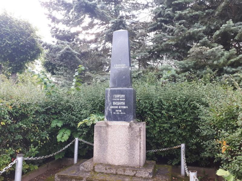 Могила гвардии генерал-майора Якунина. Август 2021 года. Как выглядела могила в мае 2010 года, можно посмотреть тут: https://rzhavin77.livejournal.com/145253.html.