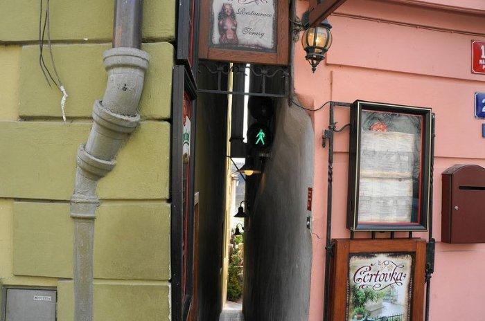 Самая узкая в мире пешеходная улица со светофорами