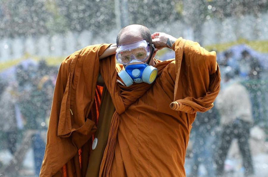 монахи с народом