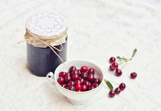 Как приготовить вишневое варенье,чтобы оно получилось не сильно сладким.