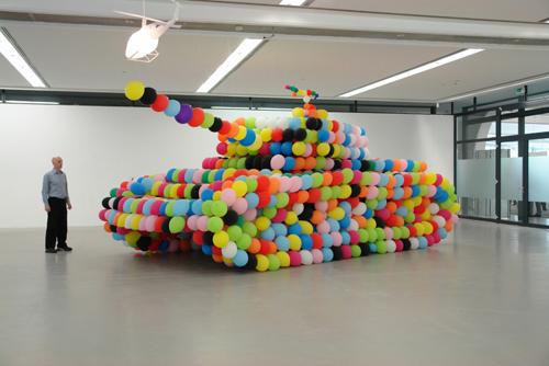 игрушечный танк из шариков