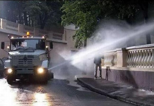 летний душ на улицах Москвы