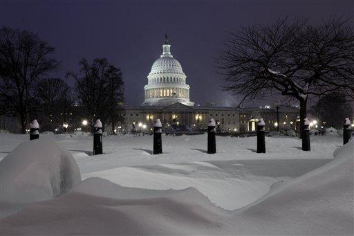 Капитолий засыпало снегом (c) AP
