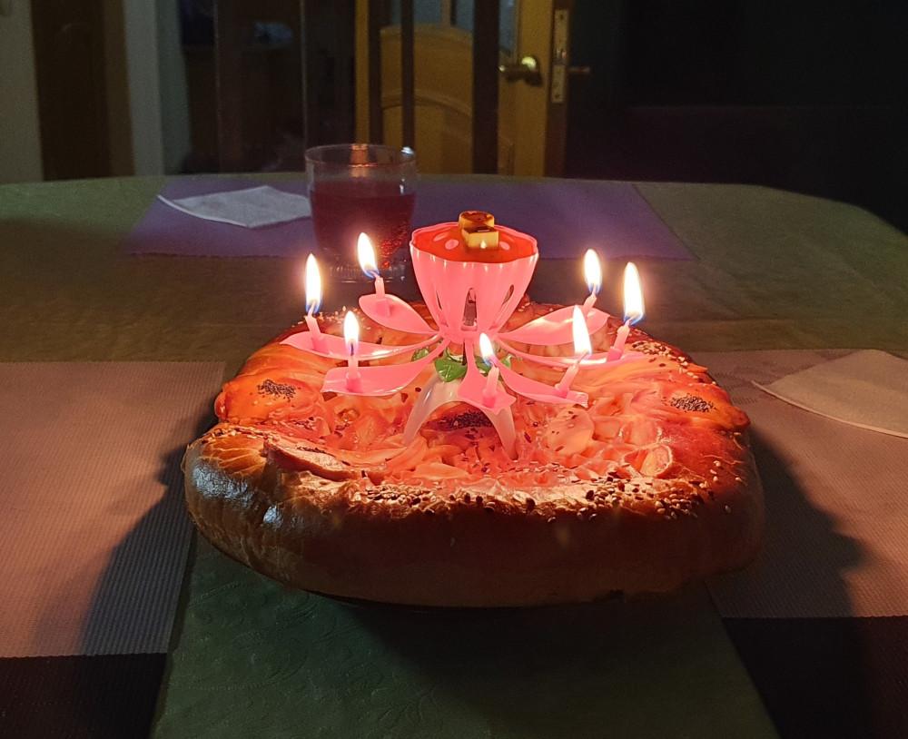 От нас тут только свечка, остальной узор из теста на пироге — как есть