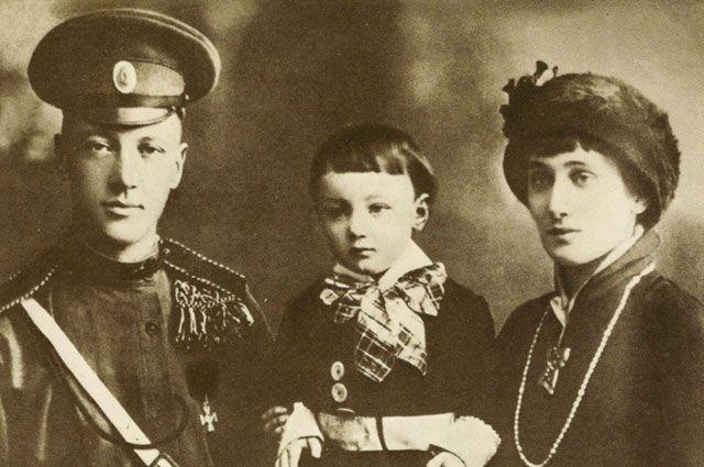 Николай Гумилев и Анна Ахматова с сынишкой Львом