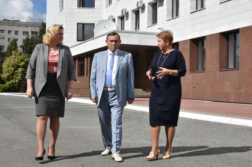 Министр здравоохранения Марий Эл Панькова (на фото: справа)  в беседе с Главой Марий Эл Евстифеевым, энергично жестикулируя руками, предположительно  разъясняет суть предлагаемых коррупционных махинаций.