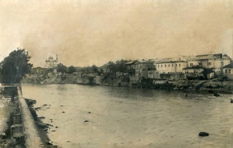 Читая старые газеты. Город Грозный. Вид с реки Сунжи на город. Вдали видна Казачья церковь. Начало ХХ в.jpg