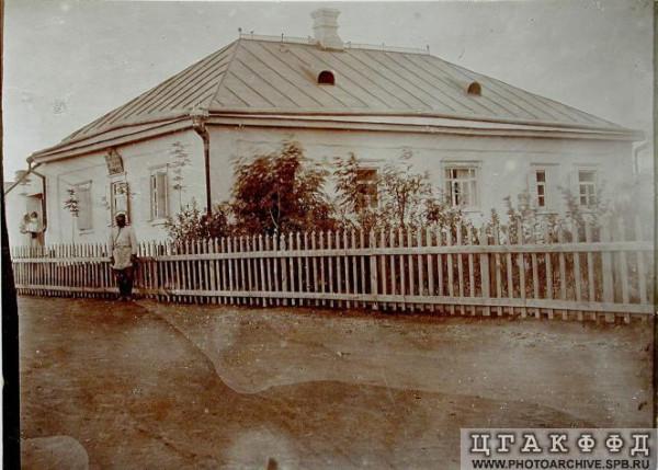 Читая старые газеты. Здание Новозлатопольского сельского приказа. 1904 г.