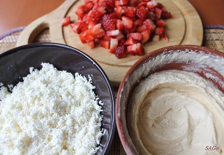 Карамельно-творожный десерт с клубникой 003