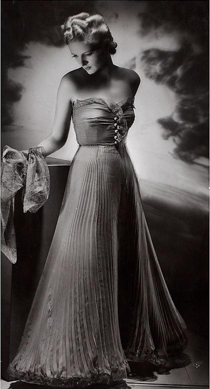 06. Atelier WOG Manasse, Olga Wlassics, Frau in Abendkleid, 1940