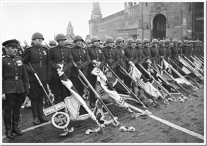 Парад Победы на Красной площади в Москве 24 июня 1945 года. Советские воины с захваченными у немецких войск знаменами.