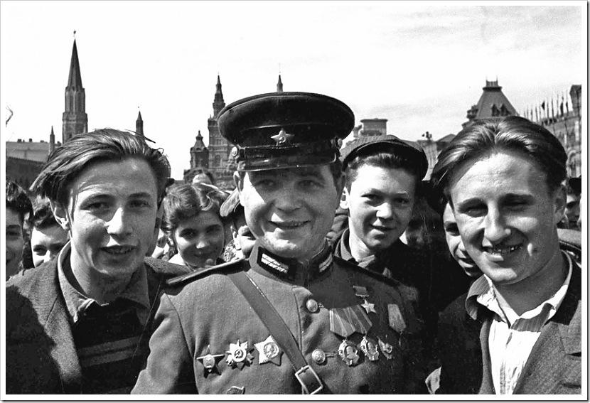 Москвичи с Героем Советского союза майором И.Г. Кобяковым.
