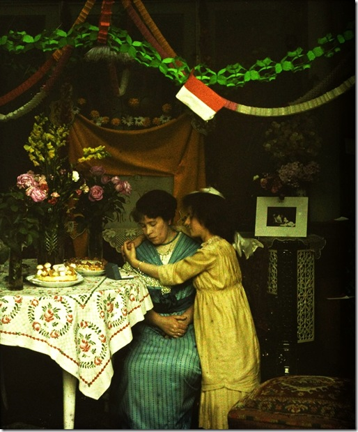 Charles Corbet, Girl embracing woman - c. 1910, autochrome 10 x 8,5