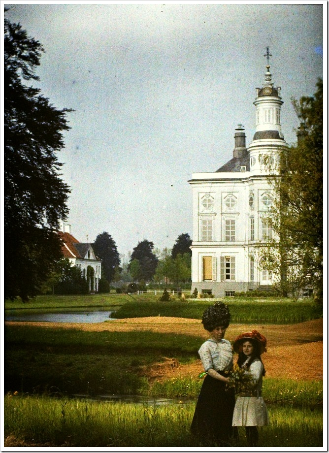 Charles Corbet, Woman and girl in castle grounds - c. 1910, autochrome 12 x 9