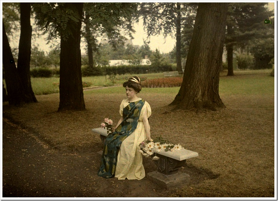 Alfonse Van Besten, Lady on gardenbench with flowers 1912
