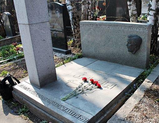 Могила Лахути на Новодевичьем кладбище