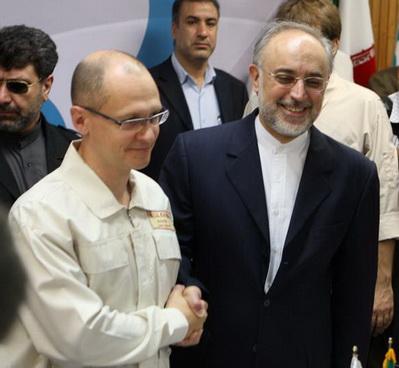 Сергей Кириенко, глава Росатома, пожимает руку Али Акбару Салехи, главе Иранской организации по атомной энергии - Фото: Jamal Salehi, IRNA