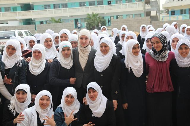 Лилия (в бежевом шарфе и пиджаке) и Хава Татаева (в малиновой блузе и черном хиджабе в горошек) с девочками из школы для глухонемых