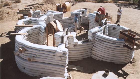 Строительство дома, используя мешки с землей