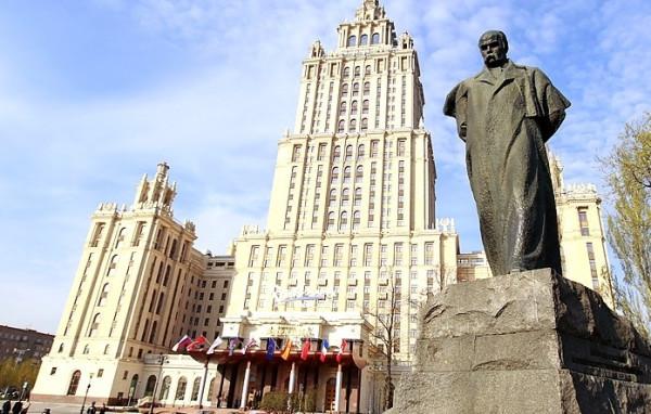 Памятник Тарасу Шевченко в городе Москве у гостиницы Украина