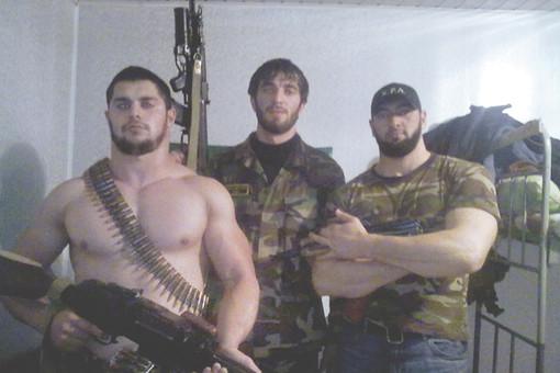 «Охранники Кадырова». Крайний слева — арестованный и отпущенный младший сержант Юнус Расухаджиев