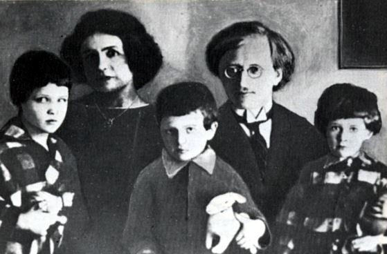 Семья образцового коммунистического нрава