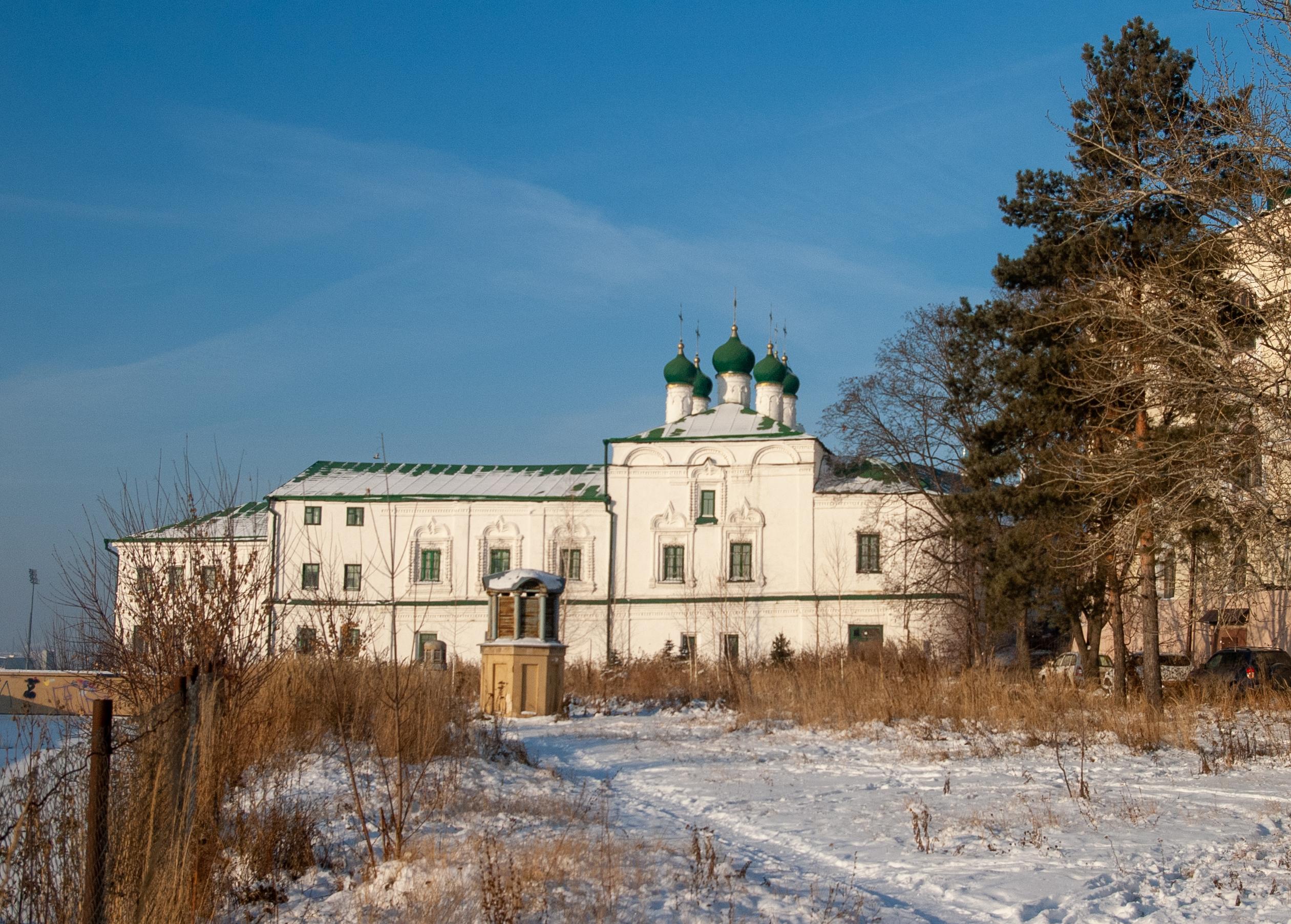 Вид с южной стороны от бывшей гостинодворской церкви