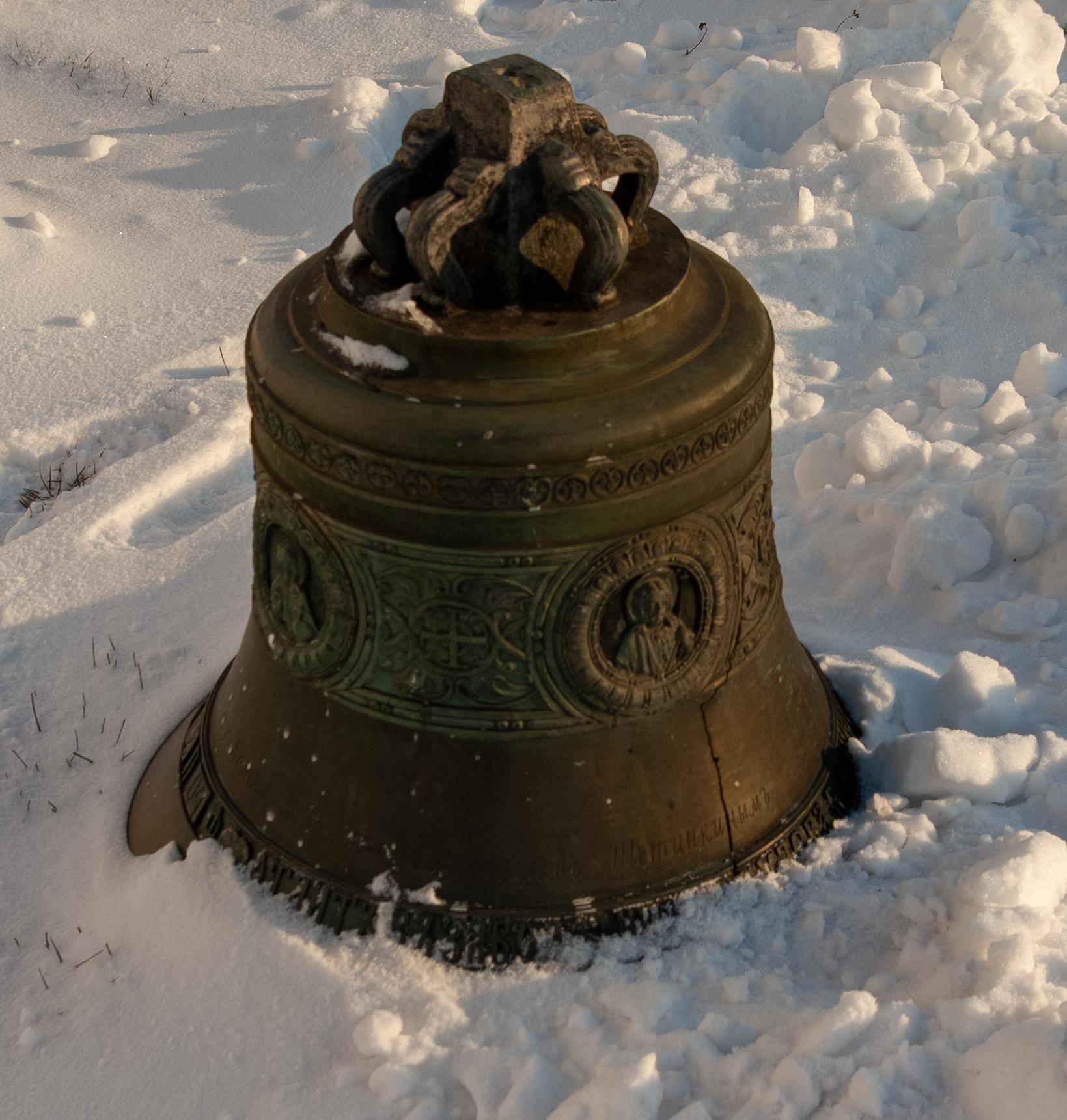 Разбитый колокол во дворе - дар казанского купца Щетинкина (?)