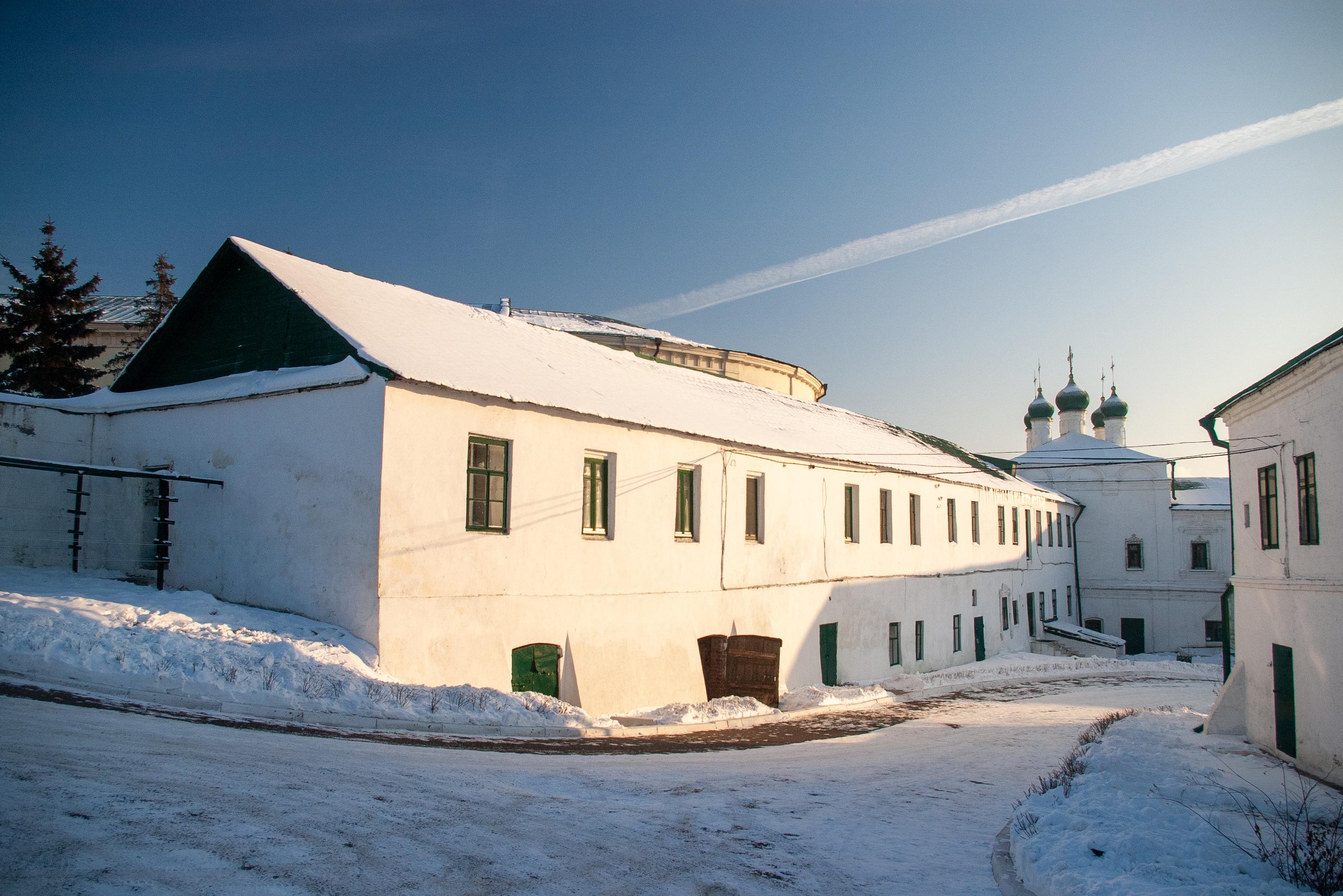 Еще дворик монастыря и келейный корпус (слева). Фотография сделана с места, на котором стоял Собор.