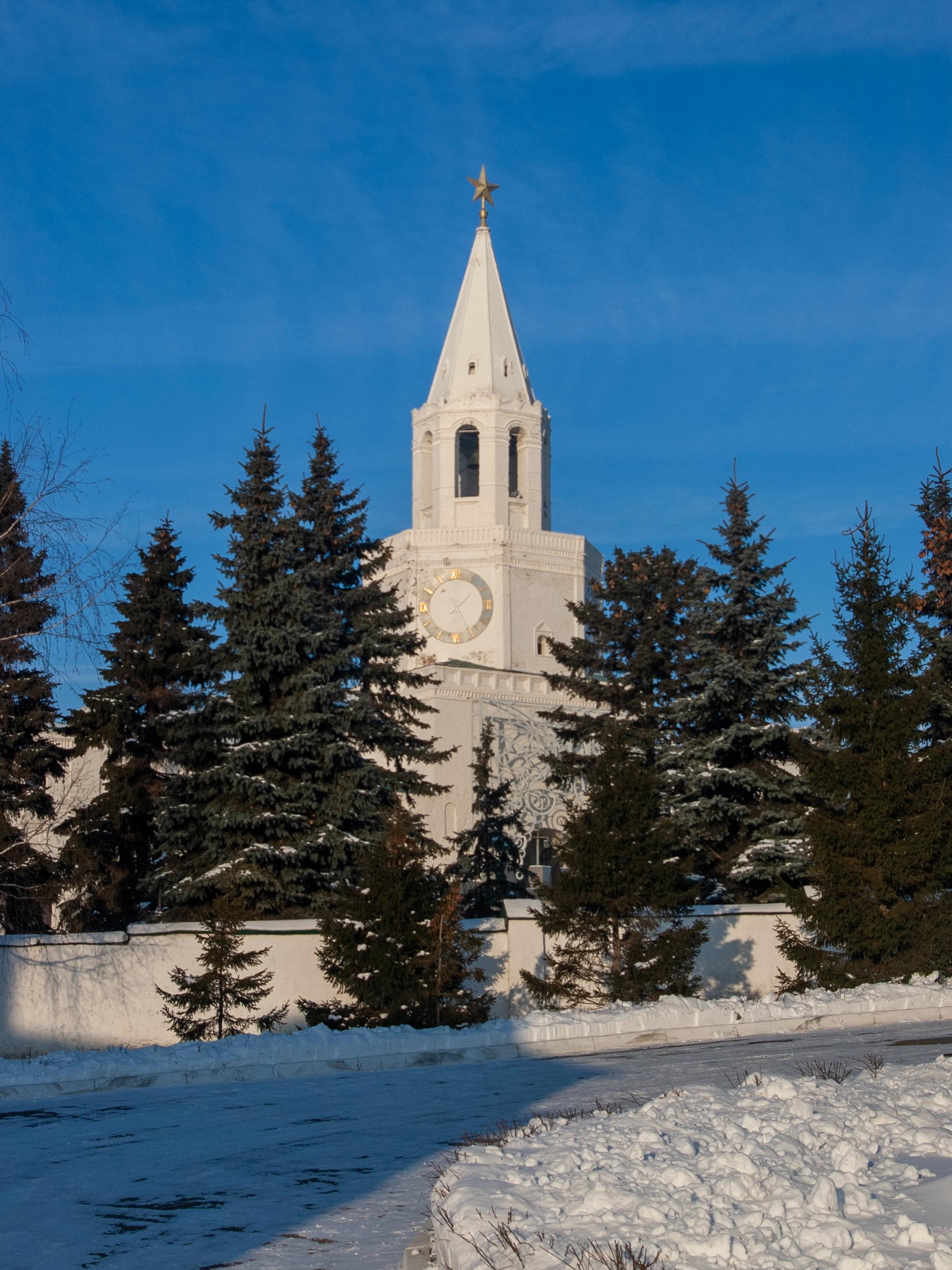 И напоследок Спасская башня казанского кремля с необычного ракурса. Вид со двора монастыря.