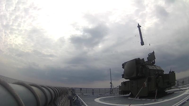 Испытания зенитного ракетного комплекса Тор-М2КМ, размешенного на боевом корабле.mp4_000071559