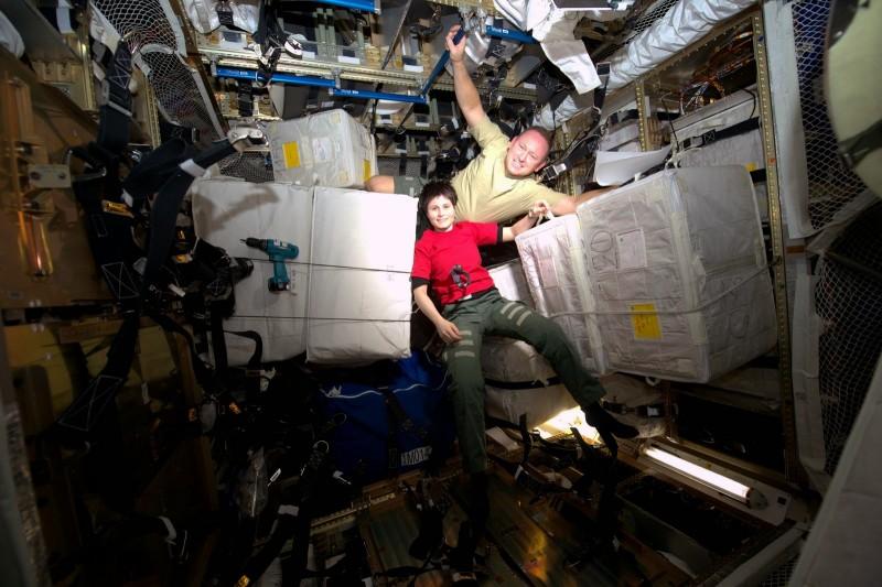 Саманта Кристофоретти И Барри Уиллмор работают в европейском грузовом корабле ATV5