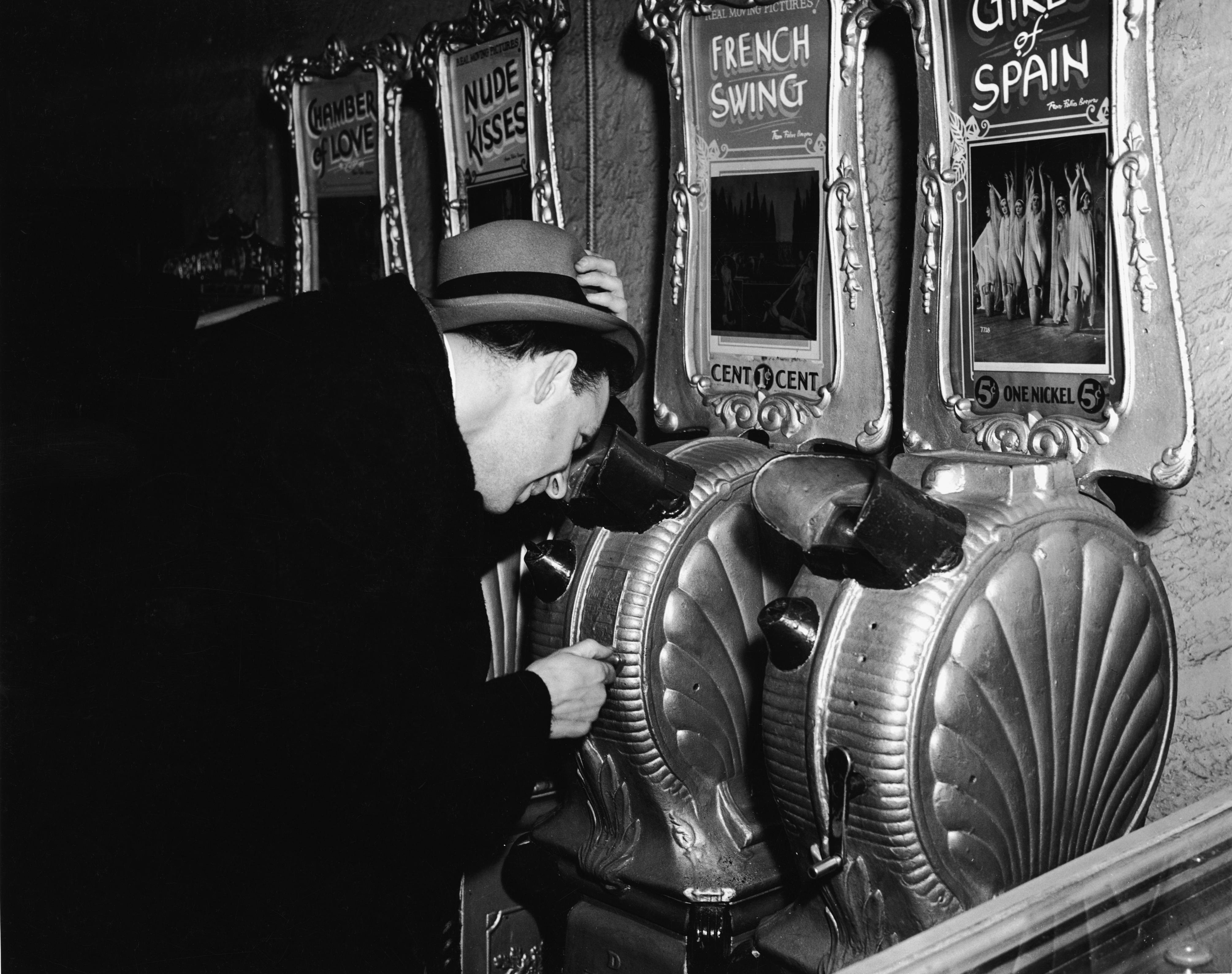 1940s-erotic-peep-show-machines
