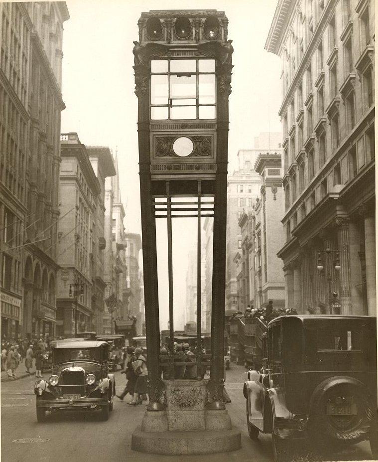 Из истории нью-йоркских светофоров NYC-Fifth-Avenue-Traffic-tower-1922