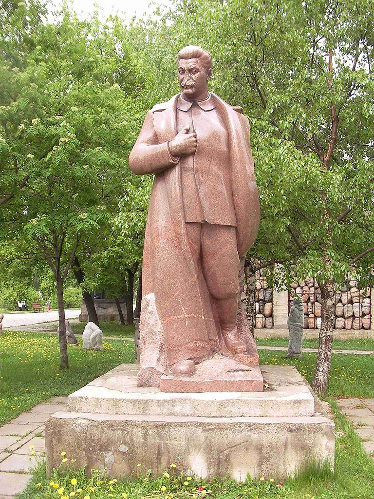 768px-Stalin_statue