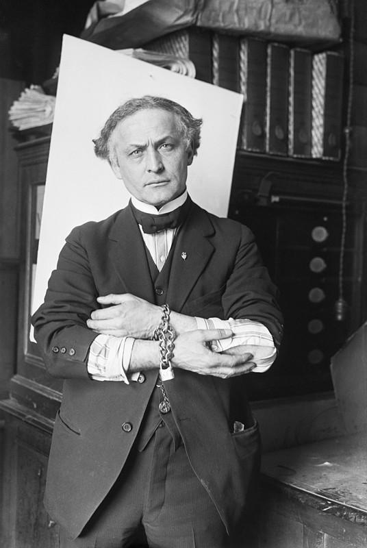 Houdini_in_Handcuffs,_1918