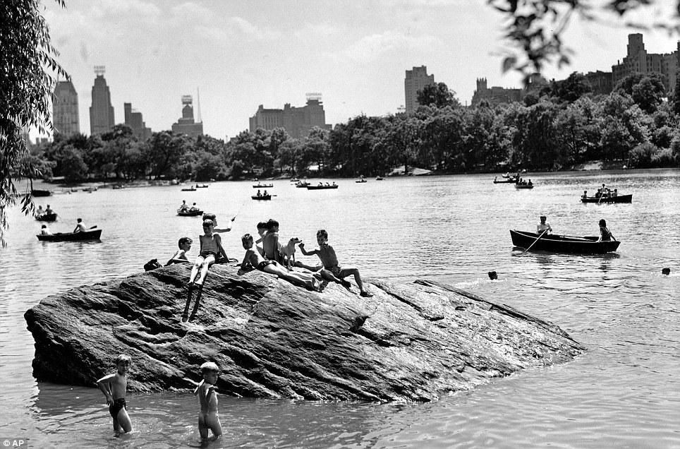 Дети купаются в Центральном парке, 1944 год.