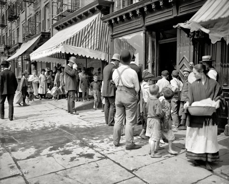 Очередь за бесплатным льдом во время особенно жарких дней. Нью-Йорк, 1900 год.