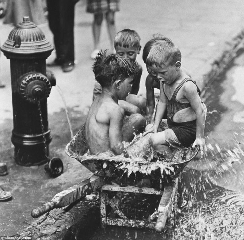 Дети купаются в воде из гидранта. Нью-Йорк, 1939 год.
