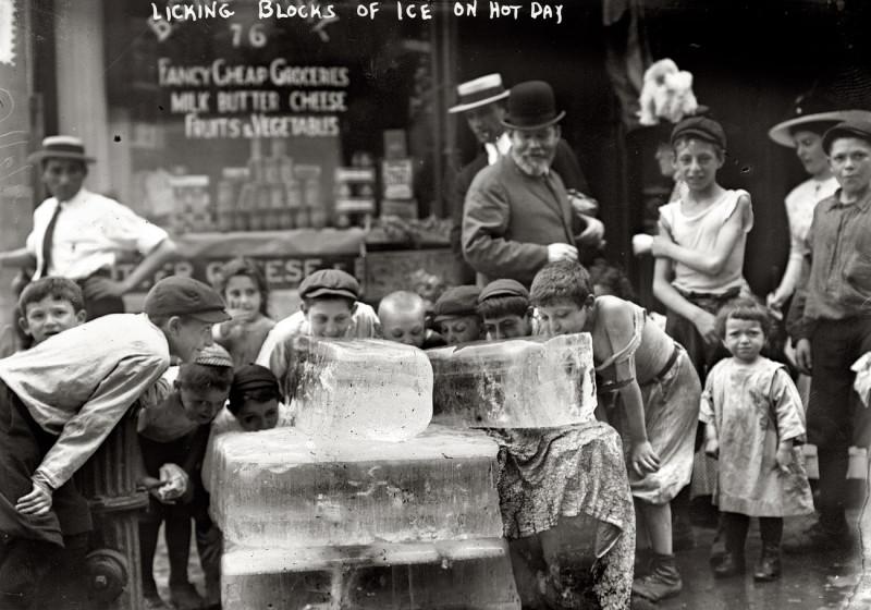 Дети лижут лед во время жаркого лета 1911 года.