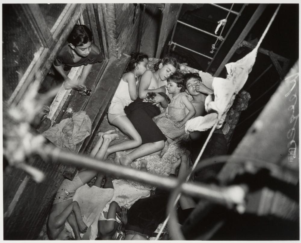 Дети спят на балконах
