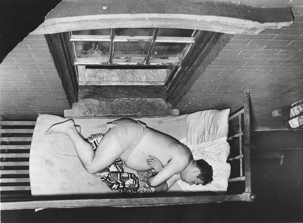 Толстый парень спит на кровати